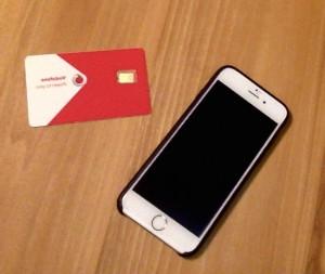 写真10: SIMカードとスマートフォン