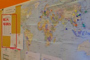 写真4. 掲示板:在籍者の出身国が地図上にピンで示されている