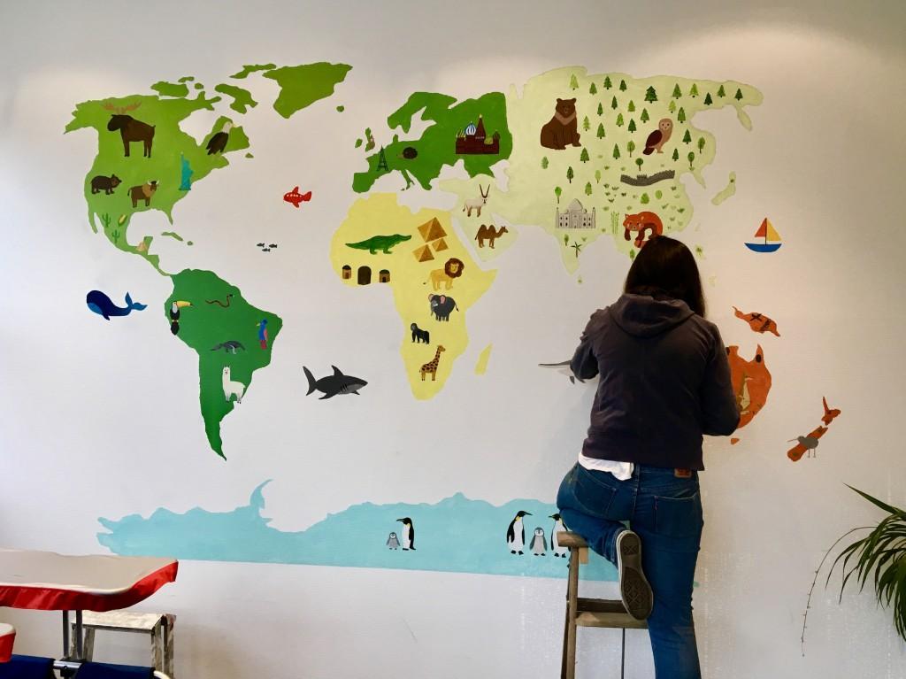 写真2. 多国籍の園児たちを象徴する幼稚園玄関の壁画