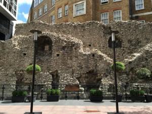 The city of Londonを取り囲むように、3世紀にローマ人によって建てられたLondon wallと呼ばれる壁が現存しています。
