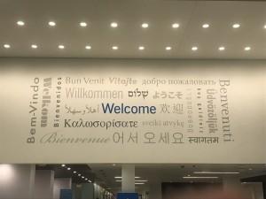 メインキャンパスのロビーにて。Welcomeと迎え入れられた時の新鮮な気持ちを忘れないように、あと一年頑張ります。